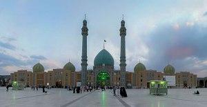 Die Jamkaran Moschee in der Nähe von Qomm im Iran wurde zu Ehren des zwölften Imām errichtet, der an diesem Ort einem Pilger im Jahr 984 erschienen sein soll. Sie ist eines der wichtigsten Heiligtümer des Schī'ismus. Quelle: Wikipedia