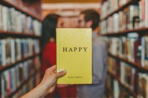 HAPPYと書かれた本とカップル