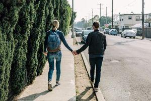 歩道を歩く男女
