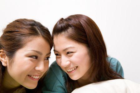 うぶ毛が原因の黒ずみ毛穴を改善できて喜ぶ女性の写真