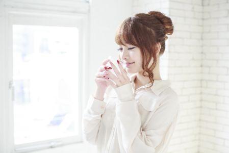 肌や体の水分量を増やす為に水を飲む女性の写真