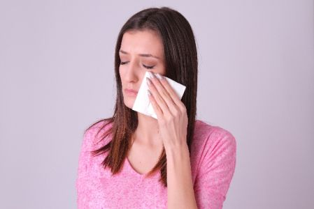 泣いてストレス解消している女性