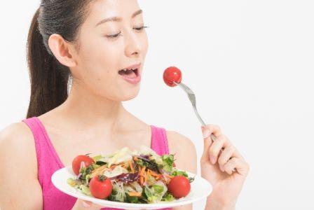 食事で食べる食材、食品でシミを消す対策をする女性の写真