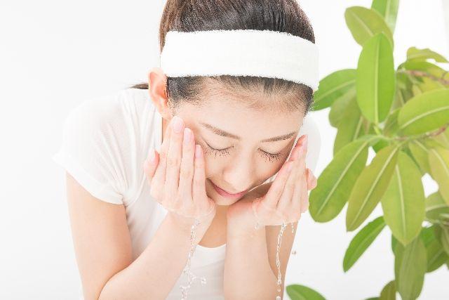 洗顔で洗い過ぎている女性のイメージ写真