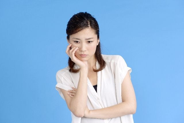 鼻に角栓が出来たので、どうするか悩む女性の写真