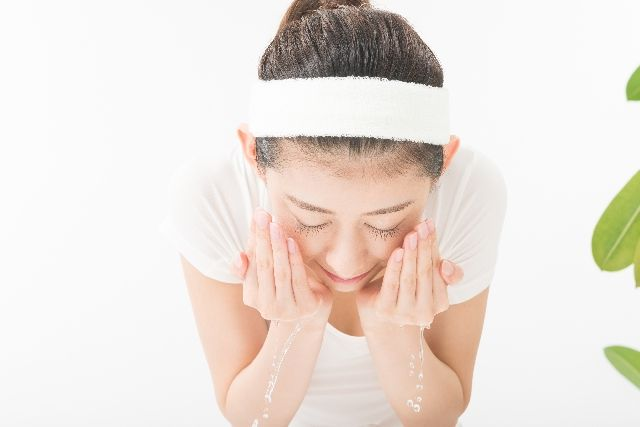 洗顔をしている女性の写真