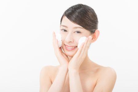泡で洗顔している女性の写真