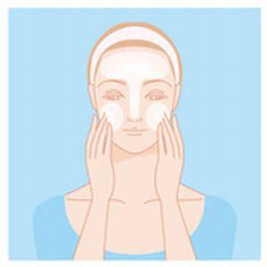 顔全体に洗顔料の泡をのせるイラスト