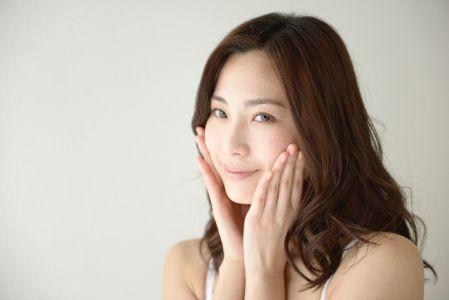 お肌のターンオーバーを正常にするスキンケアをしている女性