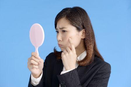 シミを薄くする方法やシミ予防のスキンケアを実践する女性の写真
