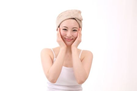 定期的にピーリングを行っている女性のイメージ写真