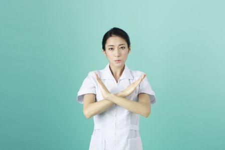 皮膚科、美容クリニックのデメリットを紹介する女性の写真