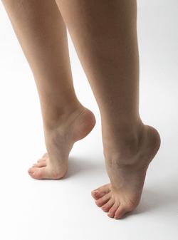 背伸びをしている足の写真
