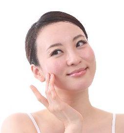 顔を触る女性の写真