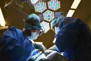 手術中の医者