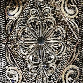 IT - Dettaglio di un portabiglietti da visita in filigrana d'argento, Francia, fine XIX secolo EN - Detail of a silver filigree card case, France, end of 19th century FR - Dètail d'un etui porte carte de visite, France, fin du XIXème siècle Photo © Mg/Antichità al Ghetto SAS