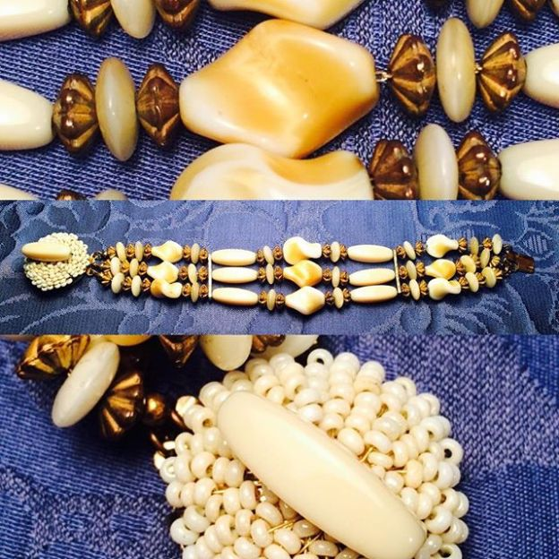 IT - Bracciale in metallo con bagno oro e pasta vitrea bianca, anni '30 EN - Bracelet in gold plated metal and white glass paste, 1930 FR - Bracelet en metal doré et pâte de verre blanche, 1930 Photo © Mg/Antichità al Ghetto SAS