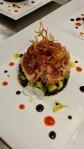 Tataki di tonno al sesamo su riso nero venere, zucchine alla curcuma e porro fritto.