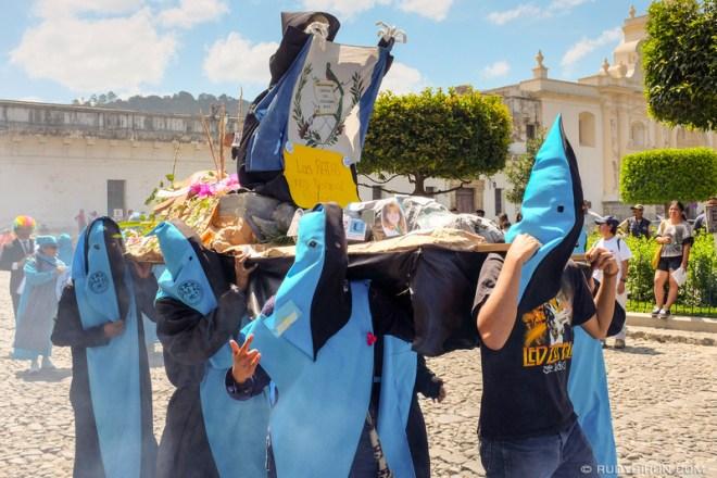 Rudy Giron: Antigua Guatemala &emdash; Primer desfile bufo de la Huelga de Dolores de la USAC en Antigua Guatemala 2