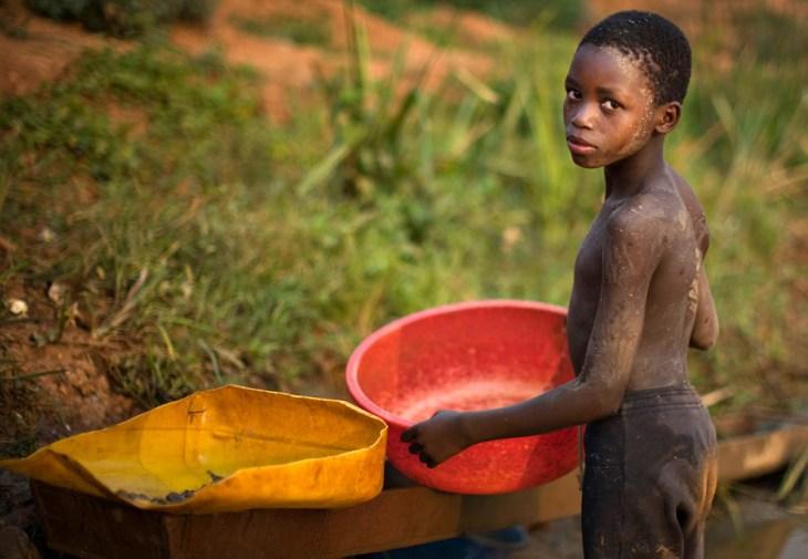 Ένας νέος από το Κονγκό μαζεύει χρυσό σε μια όχθη ποταμού του ανατολικού Κονγκό.