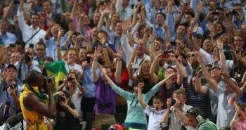 Ο Γιουσέιν Μπολτ 'κλέβει' μια φωτογραφική μηχανή  και φωτογραφίζει το πλήθος.