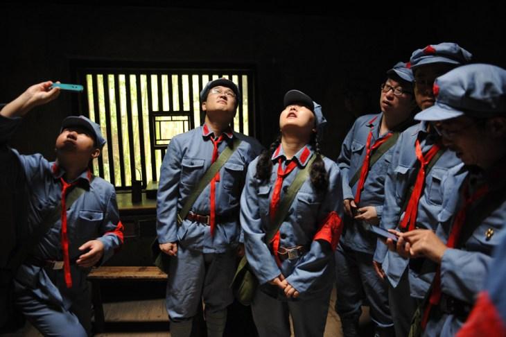 Επισκέπτες ντυμένοι με στολές του κόκκινου στρατού επισκέπτονται το σπίτι του πρώην Κινέζου ηγέτη Μάο Τσε Τουνγκ