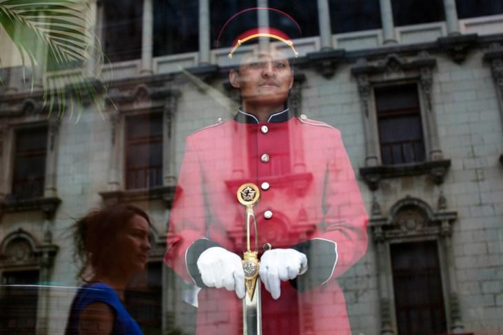 Στο παράθυρο της εισόδου ενός θεάτρου στην πόλη της Γουατεμάλα