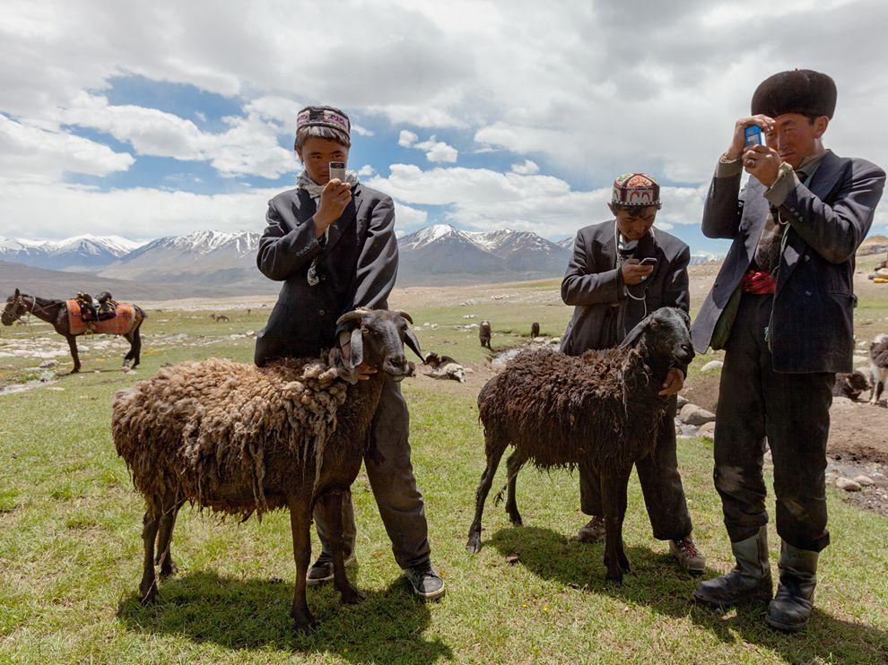 Η Κιργισία, μια χώρα της κεντρικής Ασίας με ψηλά βουνά κι αχανή λιβάδια, είναι το λίκνο διάφορων νομαδικών φυλών. Αποτελεί ανεξάρτητο κράτος και μέλος της Κοινοπολιτείας Ανεξάρτητων Κρατών (ΚΑΚ) από το 1991, ενώ πιο πριν ήταν μια από τις δεκαπέντε ομόσπονδες σοσιαλιστικές δημοκρατίες της πρώην Ε.Σ.Σ.Δ.
