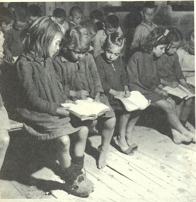 κάτι ανάλογο και στα κοριτσάκια...και βέβαια πού βιβλία... ένα βιβλίο για δύο άτομα...(Δημοτικό Σχολείο Καναλίων Βόλου-1949-)