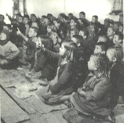 ...όταν πολυτέλεια ήταν ακόμα και τα θρανία...τα παιδιά γονατισμένα συμμετέχουν στο μάθημα!!(1948)