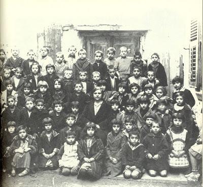 Δημοτικό σχολείο στο Βαρδάρη Θεσσαλονίκης(1930)...καμιά 60αριά παιδιά με μόνο μία δασκάλα!!!