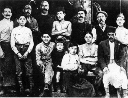 O Αλμπέρ Καμύ στην πρώτη κάτω σειρά με κατάμαυρα ρούχα σε μια σπάνια φωτογραφία από τα μαθητικά του χρόνια