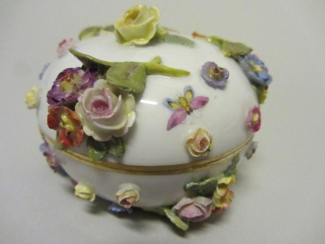 Deckeldosen mit aufgesetzten Blüten
