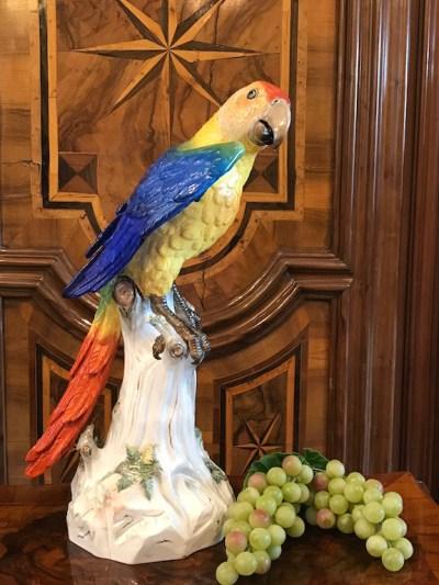 Tierfigur Papagei auf hohem Stamm