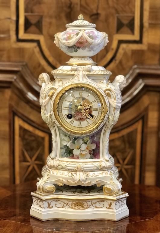 Uhrengehäuse auf Postament – Weichmalerei