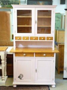 Weißer Küchenschrank im Landhausstil