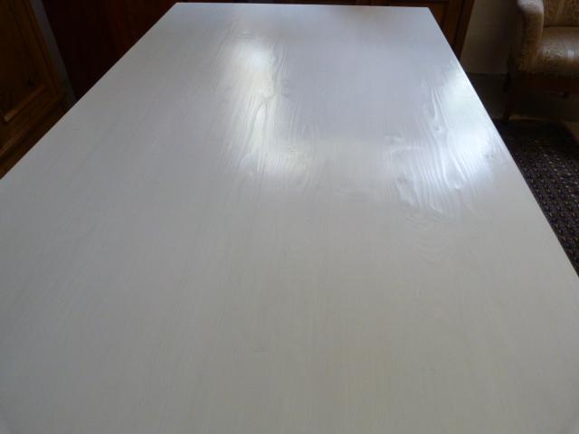 großer Tisch in kristallweiss