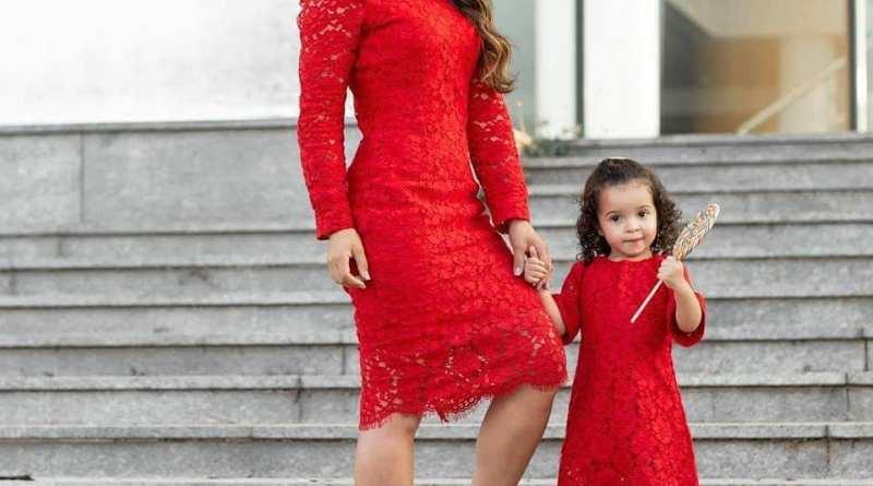 الأم وبنتها .. جولة مصورة لتنسيق الملابس