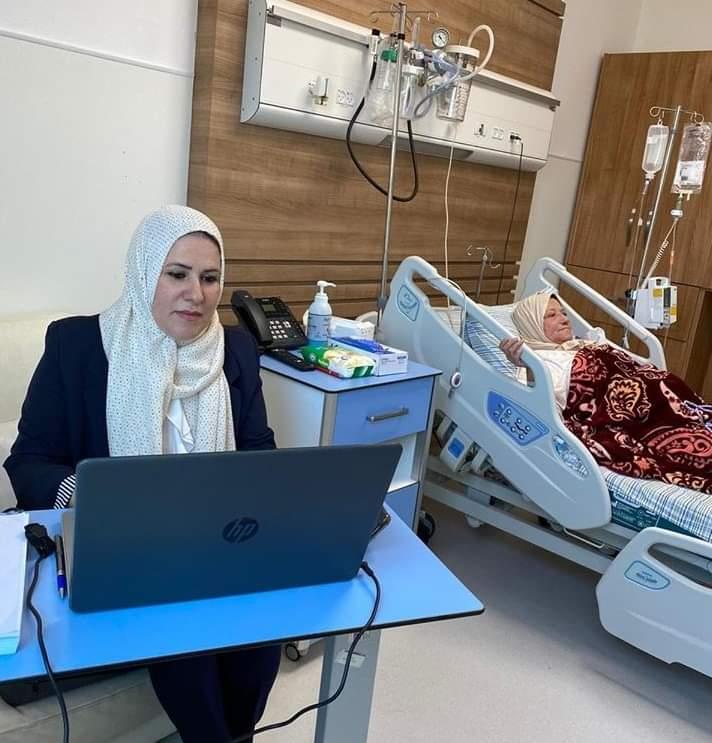 من أجل والدتها.. الطالبة نارا حجة تناقش رسالة تخرجها من داخل المستشفى