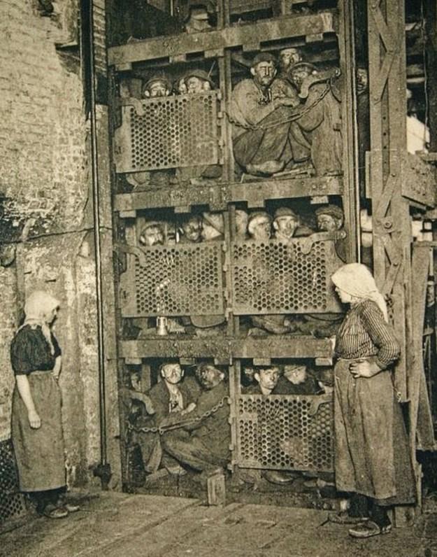 Бельгийские шахтеры в лифте, перед спуском в шахту, 1900 год