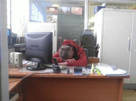 Офисный работник тайно фотографировал начальника во время работы в течение месяца