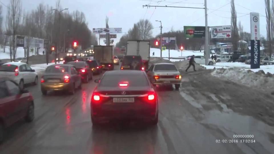 Реакция водителя Lexus на грязь и сырость на дороге