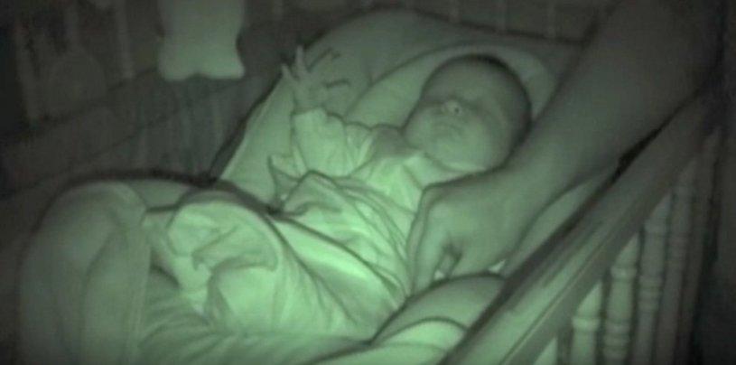 Родители решили проверить ночью малыша в кроватке: что происходит с его руками?