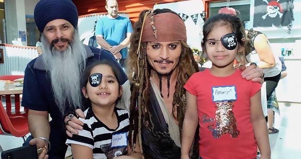 Джонни Депп посетил больных детей в образе легендарного капитана Джека Воробья