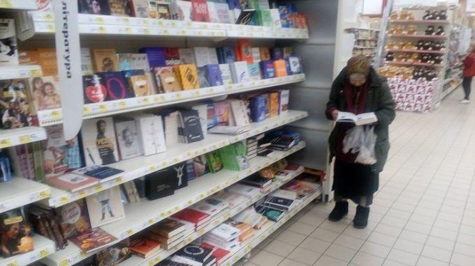 Бабушка 15 лет ходила в магазин читать книги, пока администрация не узнала об этом