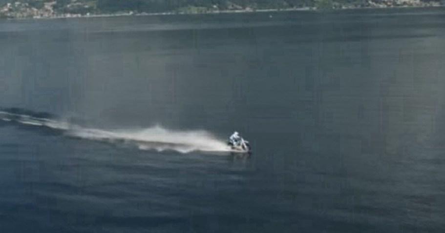 Реально ли пересечь озеро на кроссовом мотоцикле?