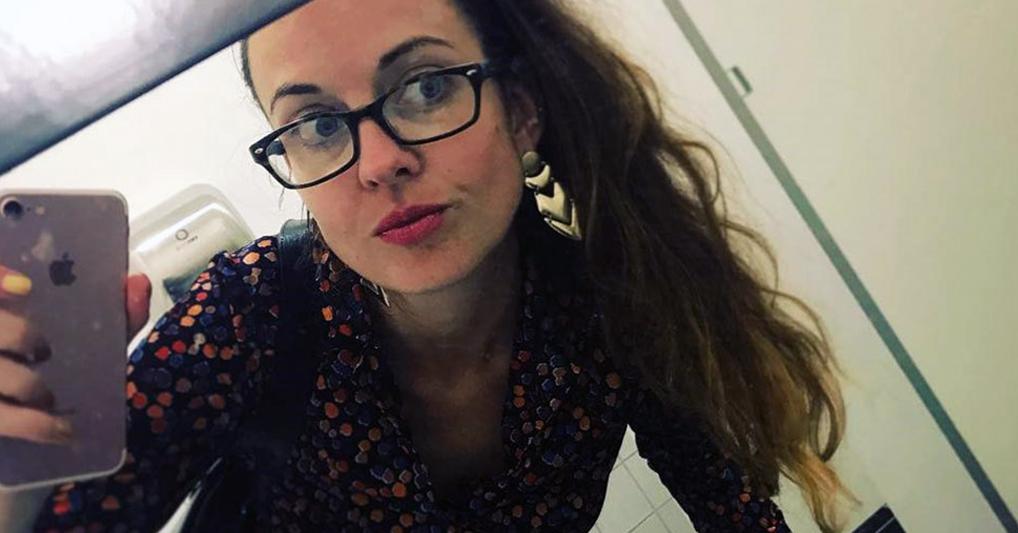 """Пользователи Твиттера запустили флешмоб из-за фото девушки, которая """"слилась"""" с ковром, прийдя на работу"""