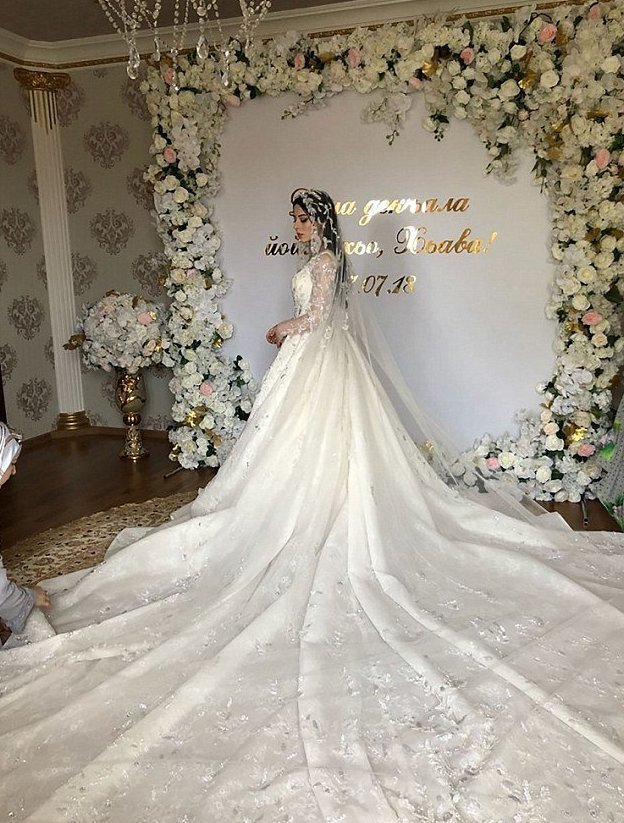 Свадьба с отечественным размахом: невеста летела из Грозного на частном самолете и в платье по запредельной цене