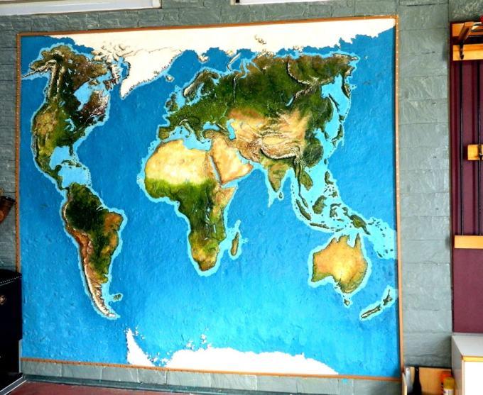 Житель Надыма превратил пустую стену своего гаража в карту планеты