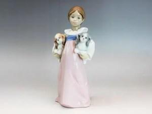 「私のパピーたち」少女と犬の置物